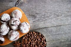 Cookies do chocolate na tabela de madeira com feijão de café, pó de cacau Imagem de Stock