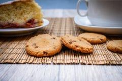 Cookies do chocolate no fundamento da palha foto de stock royalty free