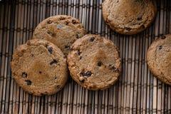 Cookies do chocolate no fundamento da palha imagens de stock royalty free