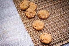 Cookies do chocolate no fundamento da palha fotos de stock