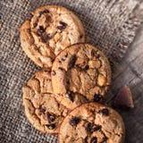 Cookies do chocolate no guardanapo escuro na tabela de madeira Close up da Foto de Stock Royalty Free