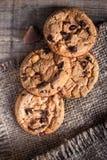 Cookies do chocolate no guardanapo escuro na tabela de madeira Close up da Imagens de Stock Royalty Free