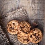 Cookies do chocolate no guardanapo escuro na tabela de madeira Close up da Fotografia de Stock Royalty Free