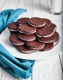 Cookies do chocolate ou do cacau do sanduíche Imagens de Stock Royalty Free
