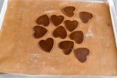 Cookies do chocolate sob a forma do coração, vista superior, pastelaria no fogão, preparação da massa fotografia de stock