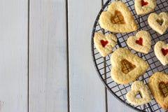 Cookies do coração de cima na tabela branca fotografia de stock