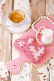 Cookies do coração e copo de café vermelhos do café na tabela de madeira velha Imagens de Stock