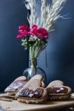 Cookies do coração, fundo escuro com flores Fotos de Stock Royalty Free