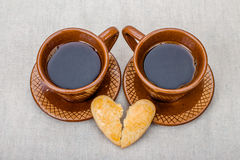 Cookies do coração quebrado, duas xícaras de café Imagem de Stock