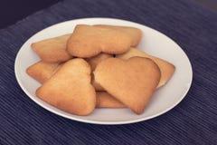 Cookies do coração-shapped em uma placa Imagem de Stock