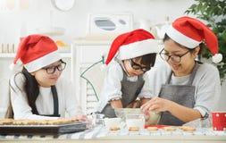 Cookies do cozimento da família na cozinha Fotografia de Stock
