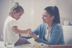 Cookies do cozimento da mãe e da filha junto em casa imagem de stock royalty free