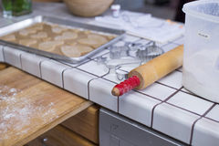 Cookies do cozimento do contador de cozinha com pino e farinha do rolo Fotografia de Stock