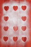 Cookies do dia de Valentim com arandos e hortelã na tabela de madeira vermelha Fotos de Stock Royalty Free