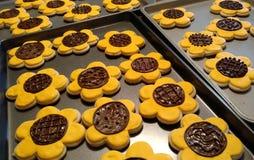 Cookies do entalhe do girassol na folha de cookie fotos de stock