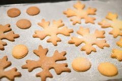 Cookies do floco de neve Biscoitos dados f?rma floco de neve do p?o-de-esp?cie empilhados e amarrados com uma curva do ouro foto de stock royalty free