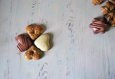 Cookies do gengibre com esmalte do açúcar em um fundo de madeira branco foto de stock royalty free
