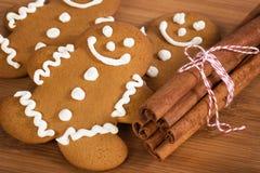 Cookies do homem de pão-de-espécie e varas de canela recentemente cozidas Foto de Stock