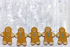 Cookies do homem de pão-de-espécie do Natal foto de stock royalty free