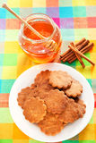 Cookies do mel com canela Imagens de Stock Royalty Free