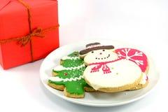 Cookies do Natal com caixa de presente vermelha Foto de Stock Royalty Free