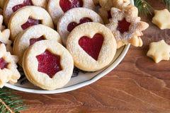 Cookies do Natal de Linzer arranjadas em uma placa Imagens de Stock Royalty Free