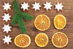 Cookies do Natal e fatias alaranjadas sobre o fundo de madeira Foto de Stock Royalty Free