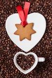 Cookies do Natal e feijões de café dados forma estrela Fotos de Stock