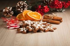 Cookies do Natal em uma superfície de madeira Fotos de Stock
