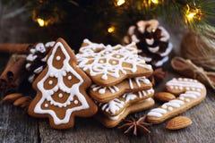 Cookies do Natal em uma tabela de madeira Fotos de Stock Royalty Free