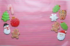 Cookies do Natal na opinião superior do fundo da listra Fotografia de Stock