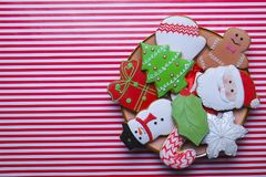 Cookies do Natal na opinião superior do fundo da listra Vários tipos configuração do plano das cookies do pão-de-espécie do Natal Fotografia de Stock