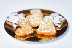 Cookies do Natal na placa de ouro Fotografia de Stock Royalty Free