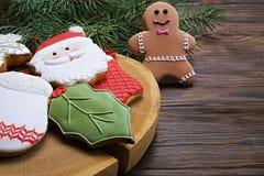 Cookies do Natal na tabela de madeira com fim do ramo do abeto acima Imagens de Stock Royalty Free