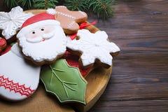 Cookies do Natal na tabela de madeira com fim do ramo do abeto acima Fotografia de Stock
