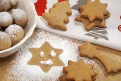 Cookies do Natal nas formas diferentes preparadas para a decoração do feriado imagens de stock royalty free