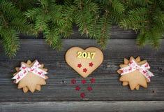Cookies do Natal no fundo de madeira 2017 Foto de Stock Royalty Free