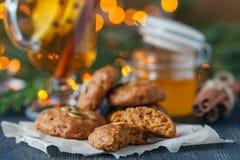 Cookies do Natal no fundo de madeira com azevinho do Natal Imagens de Stock Royalty Free