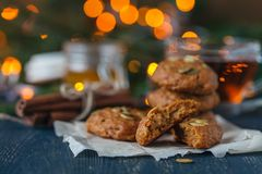 Cookies do Natal no fundo de madeira com azevinho do Natal Fotografia de Stock