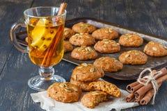Cookies do Natal no fundo de madeira com azevinho do Natal Fotos de Stock Royalty Free