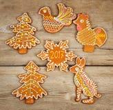 Cookies do Natal para 2017 em uma superfície de madeira Imagem de Stock