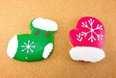 Cookies do Natal; peúga verde e luvas vermelhas Imagens de Stock