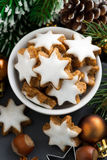 Cookies do Natal sob a forma das estrelas, vista superior, vertical Fotos de Stock