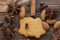 Cookies do pão-de-espécie com especiarias e amêndoas na parte traseira de madeira marrom imagem de stock royalty free