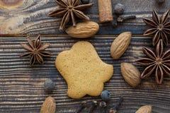 Cookies do pão-de-espécie com especiarias e amêndoas na parte traseira de madeira marrom fotos de stock