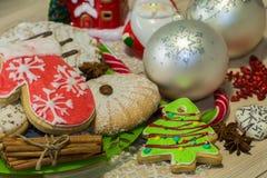 Cookies do pão-de-espécie com formas diferentes, varas de canela e grões do anis de estrela Fotos de Stock Royalty Free