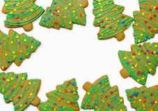 Cookies do pão-de-espécie da árvore de Natal isoladas no branco imagens de stock