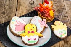 Cookies do pão-de-espécie da Páscoa com crosta de gelo Fotos de Stock Royalty Free