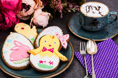 Cookies do pão-de-espécie da Páscoa com desenho Foto de Stock Royalty Free
