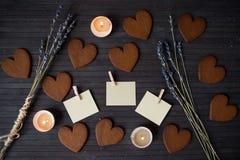 Cookies do pão-de-espécie do coração com notas vazias Foto de Stock